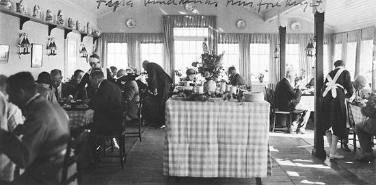 """1927 mietet Mannerheim eine Insel, die in der Nähe seiner Villa lag, und kaufte das Café Afrika, das auf der Insel war. Er nannte es in """"Das Haus der vier Winde"""" um. Er behilet es bis 1933."""