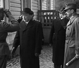 Capt. Hagström reports that the train is ready for departure. From the left: Hagström, President Ryti, an adjutant, Prime Minister Linkomies, Mannerheim, and General Heinrichs.