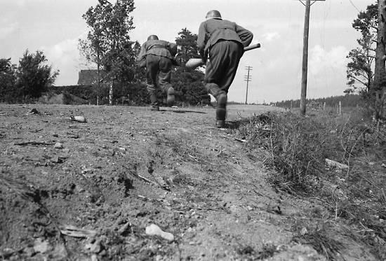Finnish troops under fire cross a road in Ihantala.