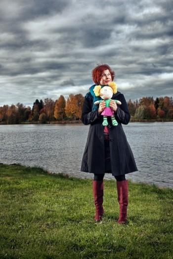 Нийна Туйккала держит в руках куклу Хертту, чья история началась с мультипликационного сериала, а в настоящее время она появляется в играх для мобильных устройств и вышла в онлайн.