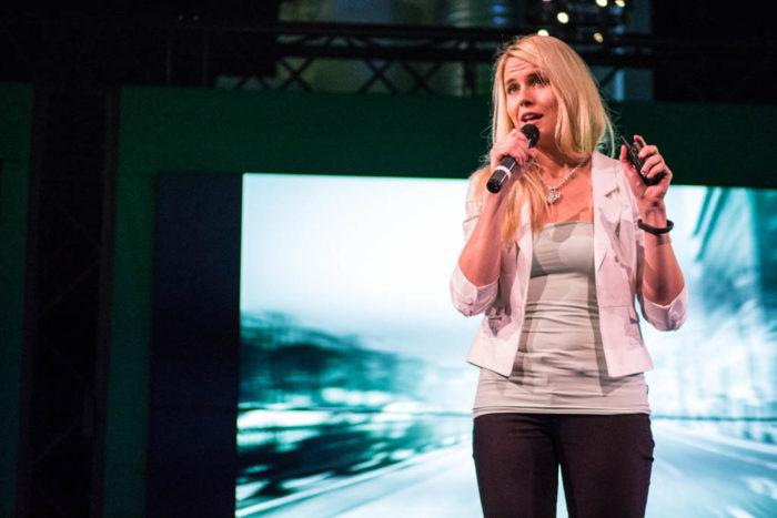 Нелли Ляхтеенмяки представляет свою фирму Health Puzzle в Хельсинки на мероприятии Slush для стартапов и инвесторов.