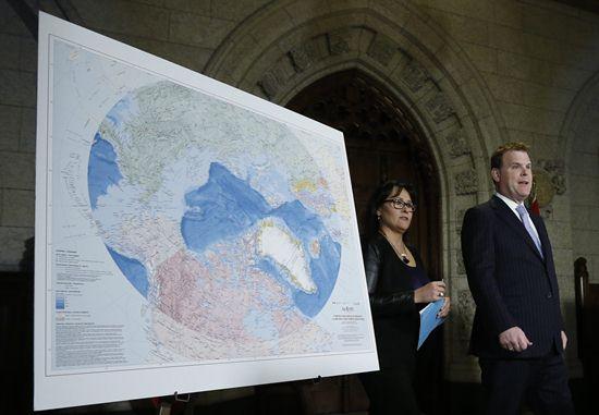 No âmbito internacional: oito países têm seu território dentro do Círculo Ártico. O ministro de relações exteriores do Canadá John Baird e a ministra Leona Aglukkaq passam pelo mapa do Ártico em uma coletiva de imprensa.