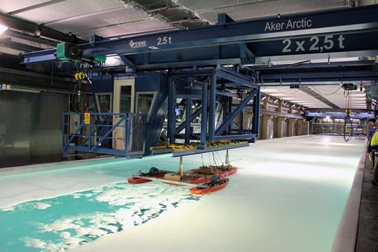 Avant mise en chantier de tout bateau, AARC mène des essais sur des modèles réduits dans un bassin de simulation de conditions hivernales extrêmes.