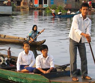 Le lac Tonle Sap en Cambodge est un des endroits où l'eau est cruciale pour les habitants et leur quotidien.