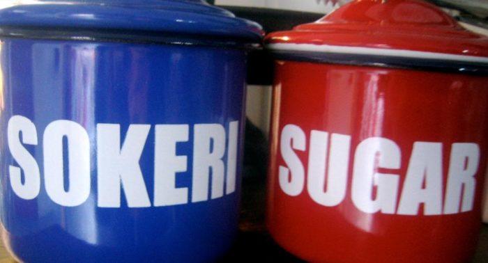 Colher de açúcar: O vermelho ou o azul? Azul e branco são as cores da Finlândia, é claro.