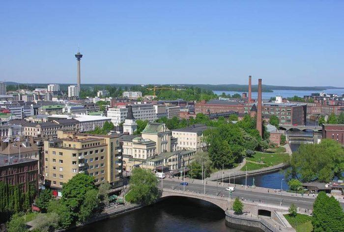 """La ciudad de Tampere tal vez le deba su nombre a una palabra sueca que quiere decir """"dique"""", aunque tal vez su origen esté en el idioma sámi y quiera decir """"agua calma entre rápidos""""."""