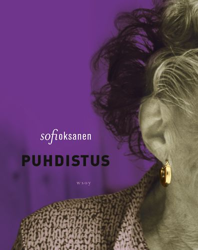 """""""Quería para la portada del libro una gran oreja y un pendiente de oro,"""" nos cuenta Oksanen."""