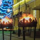 Tochas iluminam a frente de um restaurante na Rua Sofia, ao sul da Praça do Senado.