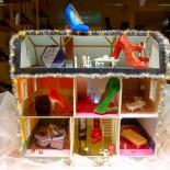 Die Adventszeit bietet der finnischen Schuhdesignerin, Minna Parikka, die einen Flagship-Store in der  Alexander-Straße betreibt, die perfekte Ausrede, eine aufwendige, dekorative Schaufensterauslage für ihre kunstvoll verbrämten Schuhe und Accessoires zu schaffen – als ob sie eine Ausrede nötig hätte.