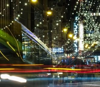 赫尔辛基的亚历山大大街(Alexander Street)上洋溢着浓郁的圣诞气氛,一辆4路有轨电车的魅影从层层流光溢彩中滑过。