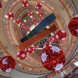 Schauen Sie nach oben, um einen bodenständigen Blick auf die Dekorationen zu erhaschen, die das Atrium des Einkaufszentrums Kamppi in der Innenstadt von Helsinki schmücken.