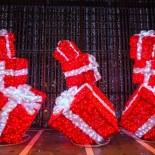 Kamppis Auslagen mit ihren leuchtenden Geschenken sind ein ach so dezenter Wink mit dem Zaunpfahl, dass Weihnachten herannaht.