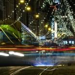 El fantasma del tranvía número 4 se desliza por la suave pendiente de una Aleksanterinkatu ataviada para la Navidad.