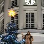 L'étoile surmontant le sapin de la place du Sénat brille de tous ses feux sous le regard de saint Jean, l'une des statues ornant la façade de la Cathédrale luthérienne d'Helsinki.