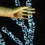 Dans les jardins de l'Esplanade, pleins feux sur la « main de la Vérité » : on voit ici un détail d'un monument du sculpteur Gunnar Finne dédié à l'écrivain Zacharias Topelius, où deux statues de femmes représentent symboliquement la Vérité et la Fable.