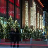 Décorations lumineuses de Noël et lumières de la circulation automobile s'entrecroisent à l'autre bout de l'espace piétonnier de la rue Keskuskatu (rue du Centre).