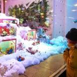 A l'approche de Noël, les magasins attirent les enfants avec des vitrines présentant différentes scènes ou animations sur fond musical : on voit ici l'incontournable vitrine d'angle que consacre tous les ans aux jouets Stockmann, le grand magasin le plus important de Finlande.