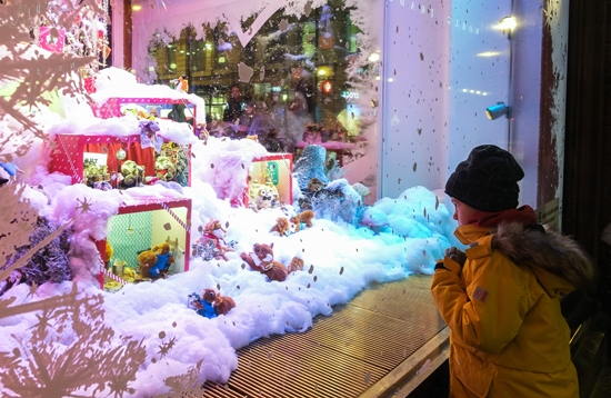 Each holiday season, stores attract children with elaborate Christmas displays set to music. The traditional favourite in Helsinki occupies a corner display window at Stockmann, the city's largest department store.
