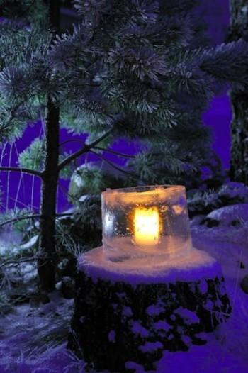 有些芬兰人会用冰灯笼来装饰他们的院子。做法很简单,让桶里的一部分水结成冰,然后将多余的水倒出,留出放置蜡烛的空间。