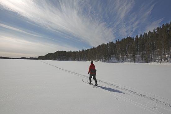 Atravesar un lago helado con los esquís se convierte en un recuerdo imborrable.