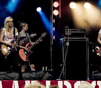 芬兰朋克音乐,硬核, Sex Pistols, Buzzcocks, Pelle Miljoona, Eppu Normaali, Terveet Kädet, Sepultura, Rattus, Svart Records, Teemu Bergman, Pää Kii, The Splits, 欧洲歌唱大赛, Pertti Kurikan Nimipäivät, PKN, 赫尔辛基, 芬兰