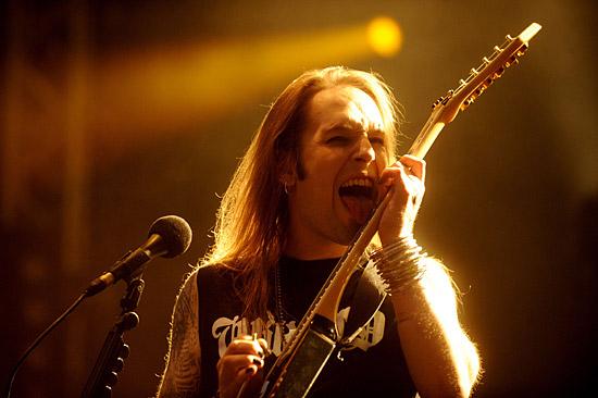 """1. HIM Foto: Joonas Brandt  HIM ist eine Rockband klassischen Stils, die ihre eigene Form von """"Love Metal"""" spielt. Sänger und Songwriter Ville Valo, hinter dem die Band wie am Fliessband ein unvergessliches Riff nach dem anderen produziert, verfügt über ein irgendwie dekadentes Charisma. Das Image der Band ist geprägt von einer romantischen Kombination aus roten Samtdraperieren und Film-Noir-Charme. Ihre Songs erkunden meisterhaft diese finstere und nebelverhangene Region, wo Liebe und Tod aufeinander treffen. Sie sind seit mehr als 20 Jahren aktiv und gelangten mit ihrem fünften Album, Dark Light, das 2005 erschien, zu Weltruhm. Zum Zeitpunkt dieses Artikels arbeiten sie an ihrem achten Album, Tears on Tape.          2. Nightwish Foto: Ville Juurikkala Nightwish stammt ursprünglich aus dem pastoralen, nahe der russischen Grenze gelegenen Städtchen Kitee. Die Band hat sich gleichsam zum Polarstern des Symphonic Metal emporgeschwungen, ein Stern, der vielen anderen in diesem Musikbereich die Richtung weist. Ihre internationale Karriere begann bereits 1999 mit Wishmaster. Die Band hat mehrere Welttourneen mit ausverkauften Arenen rund um den Globus hinter sich. Der Kopf der Band, Tuomas Holopainen, ist seit jeher ein Fan von Film-Soundtracks. Ihr neuestes Album, Imaginaerum, war denn auch die Inspiration zu einem gleichnamigen Film, den die Band in Zusammenarbeit mit Regisseur Stobe Harju produzierte.          3. The Rasmus Foto: Hiroshi Manaka Diese Jungs starteten im Teenageralter als energiegeladene Funkrocker und avancierten später zu einer stilvollen Rockband mit genau der richtigen Nuance von Finsternis, um ihren eingängigen Popsongs eine verführerische Unkonventionalität zu verleihen. Bereits 2004 gab es nicht viele Orte auf der Welt, wo nicht irgendwann am Tag """"In the Shadows"""" im Radio zu hören war. Auch Dead Letters, das Album, dem die Single entnommen wurde, war ein weltweiter Hit. Die Band ist besonders in Asien und Europa populär. Ein Bandmitglied lebt in """