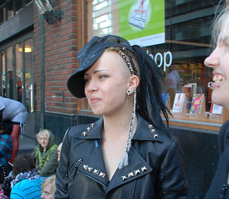 Katariina Alainen (right) and Hanna Mustapää in line before a concert: Tavastia Club now forbids queuing up earlier than three hours in advance, since J-rock fans had taken to waiting outside overnight.