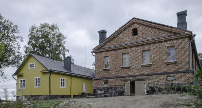 The island and its brick and wooden buildings, which originally served military purposes, are now open for everyone to explore. Photo: Soili Mustapää/Suomenlinna hoitokunta archives