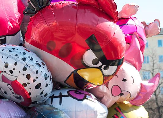 """Nicht verrückt werden, sondern """"angry""""! Ein Angry Bird dümpelt mit anderen Luftballons in einem Bündel eines Verkäufers.Foto: Leena Karppinen"""