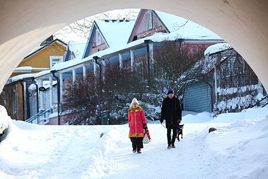 Des habitants du Suomenlinna se dirigent vers le quai du ferry pour un trajet de 15 minutes vers la ville. Le ferry transporte aussi bien des passagers que des voitures et vélos. Photo: Tim Bird