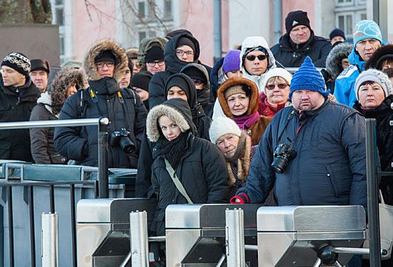 Les passagers observent l'arrivée du ferry au Suomenlinna, l'un des lieux touristiques les plus populaires d'Helsinki – y compris l'hiver! Photo: Tim Bird