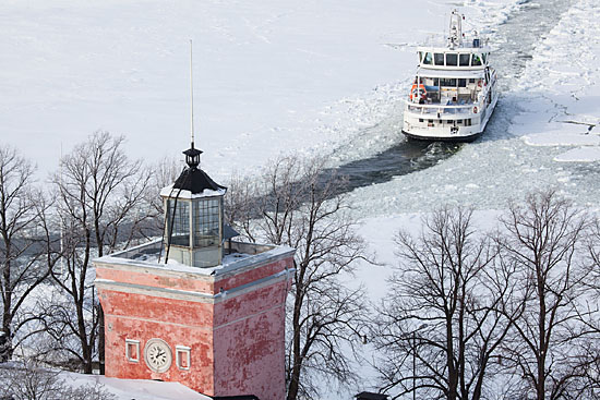 Le ferry assure une liaison hivernale vitale entre la ville et l'île-forteresse – le court trajet prenant alors des airs d'aventure parmi les plus exotiques au monde. Photo: Tim Bird