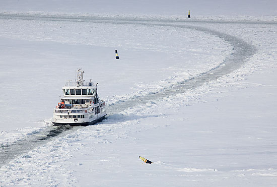 Si des remorqueurs assurent le maintien des lignes de trafic dans les ports d'Helsinki lorsque la glace devient épaisse, le ferry du Suomenlinna se charge lui-même de tracer sa voie la plus grande partie de l'hiver. Photo: Tim Bird