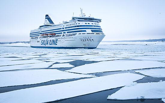 La glace flottante dessine des motifs envoûtants et constamment changeants le long des lignes de trafic maritime passant au large du Suomenlinna. Photo: Tim Bird