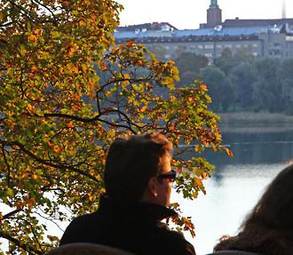 Malgré une légère baisse des températures, il est encore temps de se détendre à la terrasse d'un café et d'admirer les nouvelles couleurs des arbres de la Baie de Töölö Bay dans le centre d'Helsinki.