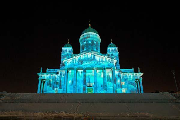 Una instalación del diseñador de iluminación Mikki Kunttu alumbra la catedral luterana, en la Plaza del Senado, en el centro mismo de Helsinki. Foto: Niklas Sjöblom/taivasalla.net