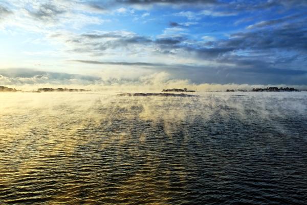 Una mañana de invierno: la sutil neblina cubre como un velo la superficie del mar. Foto: Niklas Sjöblom/taivasalla.net