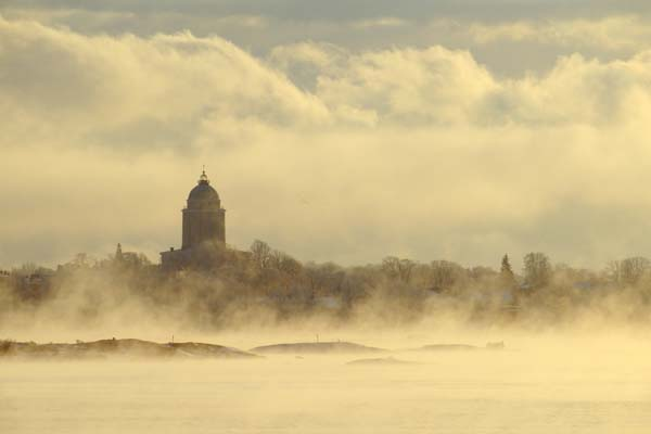 En una fría mañana, la iglesia de la isla-bastión de Suomenlinna parece mecerse en su lecho de bruma. Foto: Niklas Sjöblom/taivasalla.net