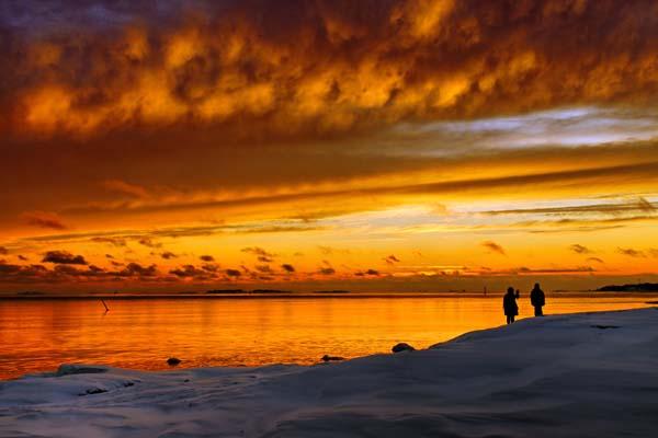 Contemplando una romántica puesta del sol en la isla de Uunisaari, al sur de Helsinki. Foto: Niklas Sjöblom/taivasalla.net