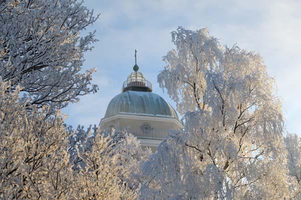 Árboles cubiertos de escarcha enmarcan la torre de la iglesia de Suomenlinna. Foto: Niklas Sjöblom/taivasalla.net