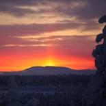 Первый закат.  «На севере Финляндии солнце может исчезать за горизонтом на семь недель, а то и дольше, смотря как далеко вы заберетесь, — объясняет фотограф Юкка Вуолиёки. — Там, где я делал этот снимок, солнце впервые взошло 5 января. Оно пробыло на небе всего полчаса и снова закатилось за горизонт. Так и получился этот столб огненного света».