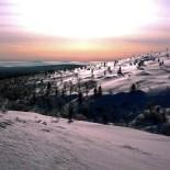 Паллас (гора на севере Финляндии) во всем блеске. «Если хорошо присмотреться, можно разглядеть горнолыжный подъемник (в правом верхнем углу). Близок конец зимы. Снег сверкает на солнце. Горы на дальнем плане на самом деле находятся уже в Швеции».