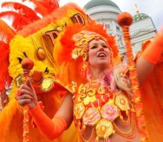 Veja alguns dos destaques do Festival de Verão. Na foto: Carnaval de Helsinque na Praça do Senado. (mais fotos no foto show abaixo)