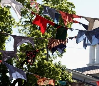 Man kann sein letztes Hemd auf Helsinki verwetten: Kaarina Kaikkonens unkonventionelle Kunst in der Nähe der Alten Kirche.