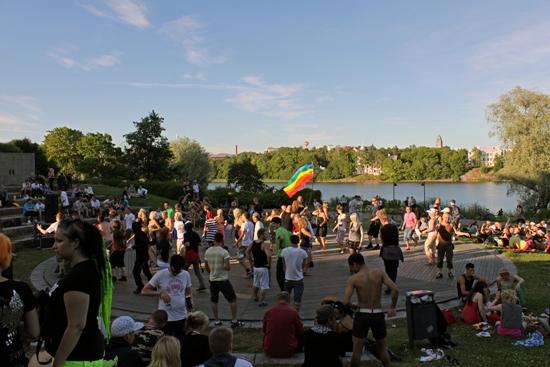 Schritt nach Vorne: Tanz im Sonnenschein bei der Finnischen Nationaloper. Foto: Amanda Soila