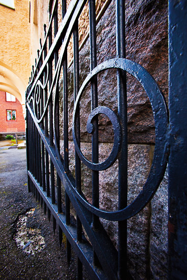 Metal and stone flank a courtyard entryway on Meritullinkatu in the neighbourhood of Kruununhaka. Photo: Esko Jämsä