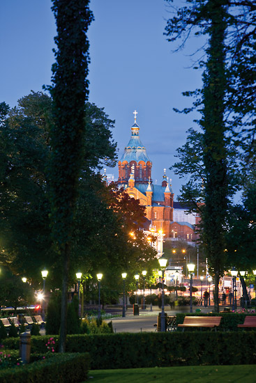 The orthodox Uspenski Cathedral glows in the twilight beyond Esplanade Park. Photo: Esko Jämsä