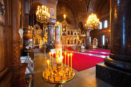 Inside Uspenski Cathedral on Kanavakatu, candles and traditional décor contribute to the meditative atmosphere. Photo: Esko Jämsä