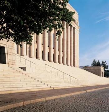 Situado en Mannerheimintie, la principal arteria de Helsinki, el palacio del Parlamento es visible para todos los que llegan al centro de la capital en autobús, tren, coche o tranvía.