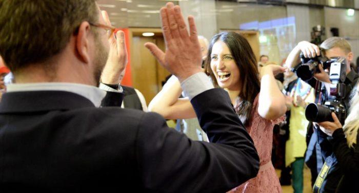 Nasima Razmyar laisse éclater sa joie au milieu de ses collègues sociaux-démocrates à l'annonce de son élection au Parlement.